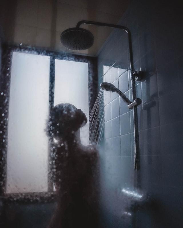 Plassen onder de douche: goed of slecht?